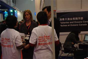 Chinese activists confront Canadian trade representative at Chinese seafood exhibition